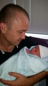 vader met pasgeboren kind
