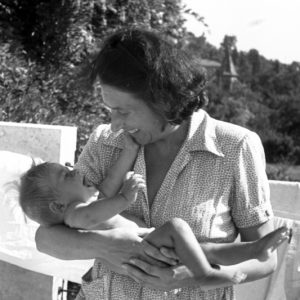 Foto Emmi Pikler met kind